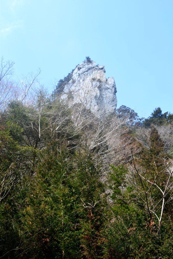 山頂付近では、フリークライマーが登る妙体岩が聳え立つ