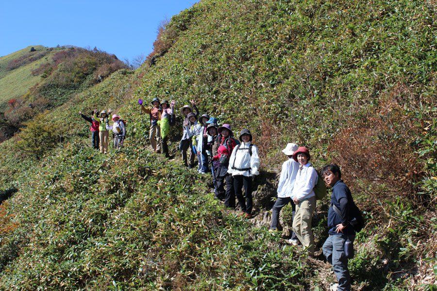 四国山脈を見渡す絶景を眺めながら、山頂までもう少し。足場は登りやすいです。