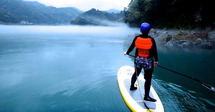 パドルを使って漕いで進む新感覚のウォータースポーツ
