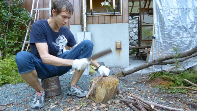 「薪割体験」この時は斧を使用します。