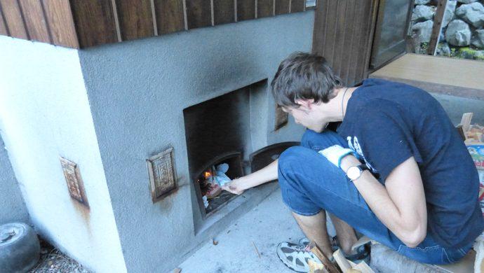 鉄の釜の下から直接、薪をくべて湯を沸かします。
