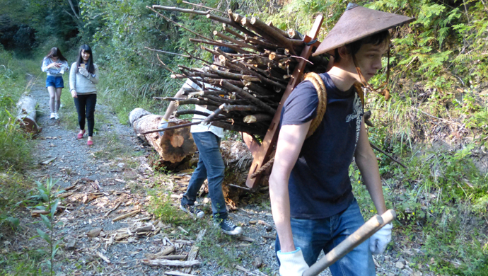 背負子を背負い古民家の裏山に薪拾いに行きます。