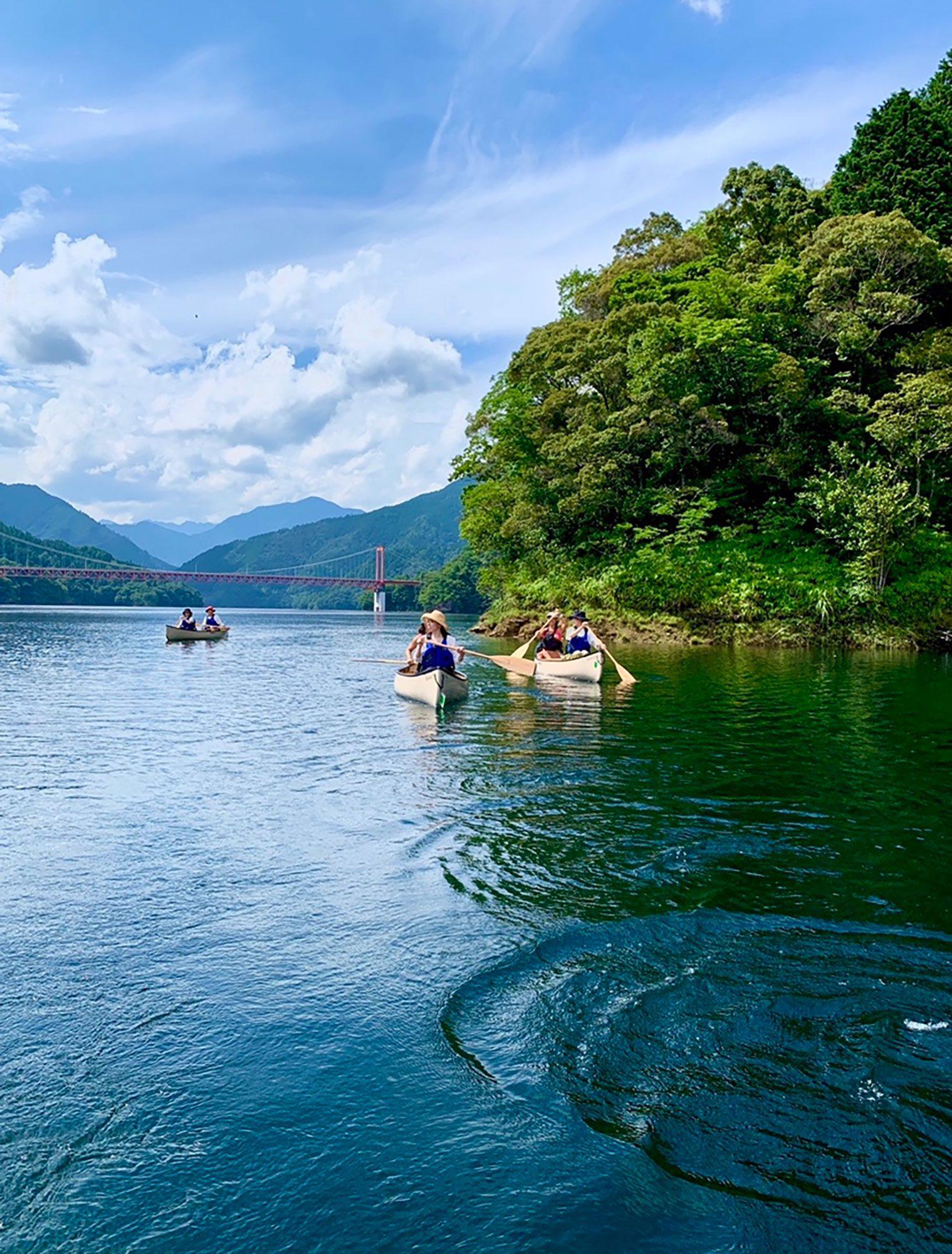 山に囲まれた環境に鳥の声が聞こえ、湖の澄んだ水がお迎えします