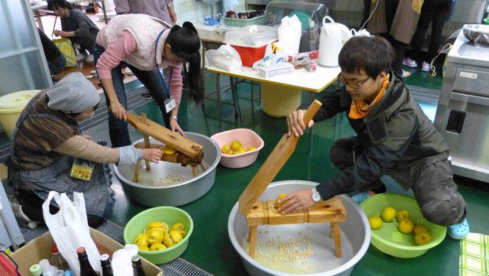 ゆずを絞った果汁や皮を使ってお菓子作り♪