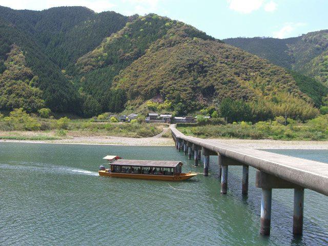 沈下橋を行く四万十川遊覧船